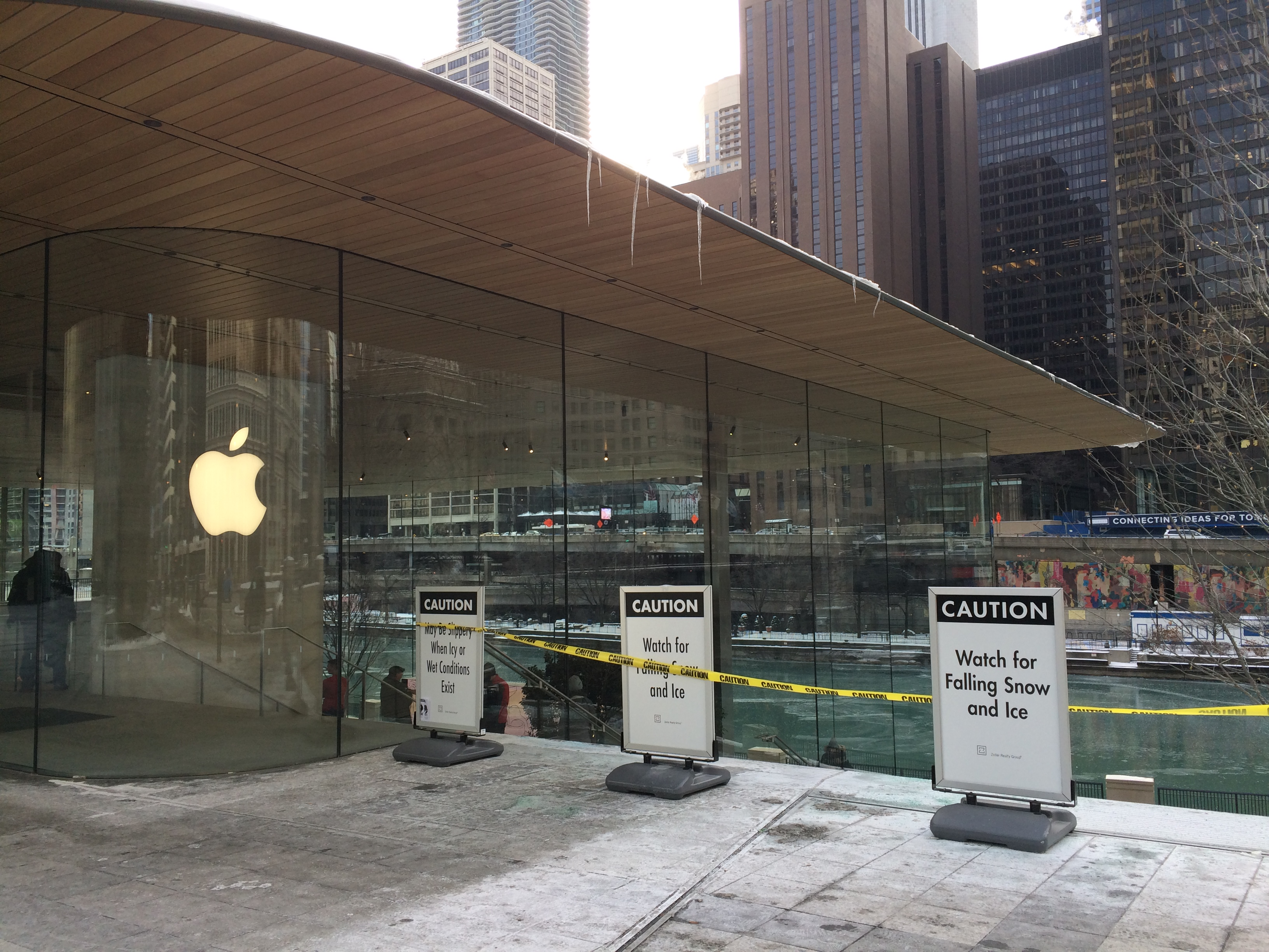 Apple Store Chicago: roof with icicles