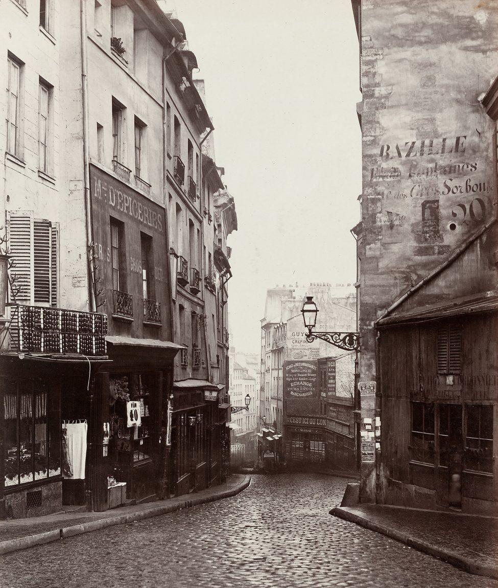 Narrow streets of Paris in 1869